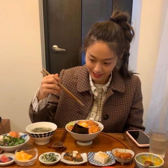 AOA金雪炫面对美味佳肴的笑脸 郑容和对近况照片也有反应
