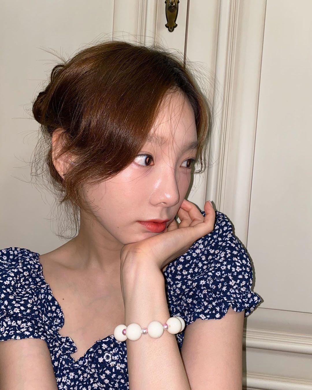 少女时代金泰妍忙着为SHINee的Key、Red Velvet的Yeri等人制作友谊手链