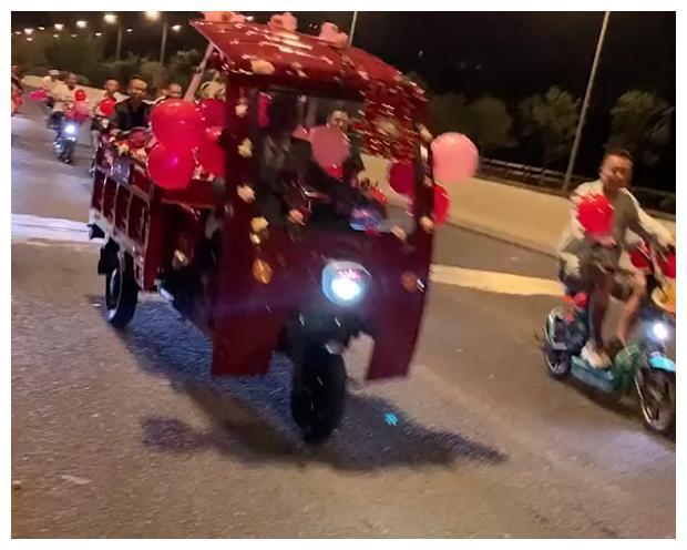 贵州新郎租50辆共享单车和三轮车接亲,现场超热闹:赛过10辆豪车