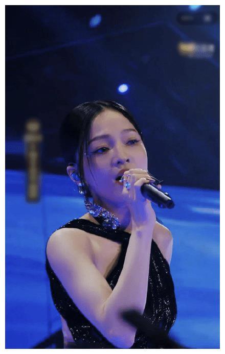 不老童颜张韶涵演出时被曝露出背部和腿部,在凌晨发文疑似回应
