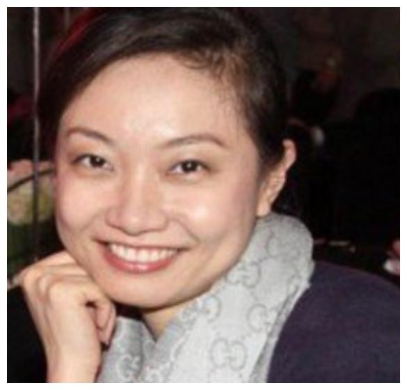 姜昆42岁女儿姜珊的照片曝出,看着是一模一样,简直是姜昆的翻版