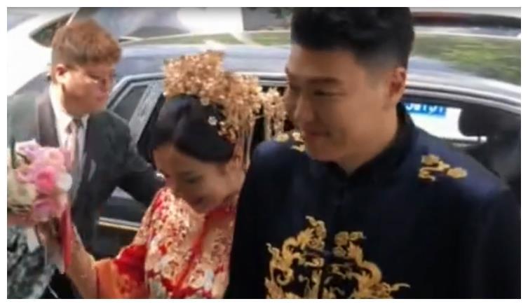 中国男篮国手李根再婚,新娘肤白貌美豪车云集,前妻霸占财产不还