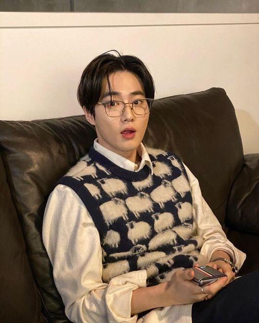 EXO金俊勉公开写真写真般的日常 英俊的外表&特别的时尚感