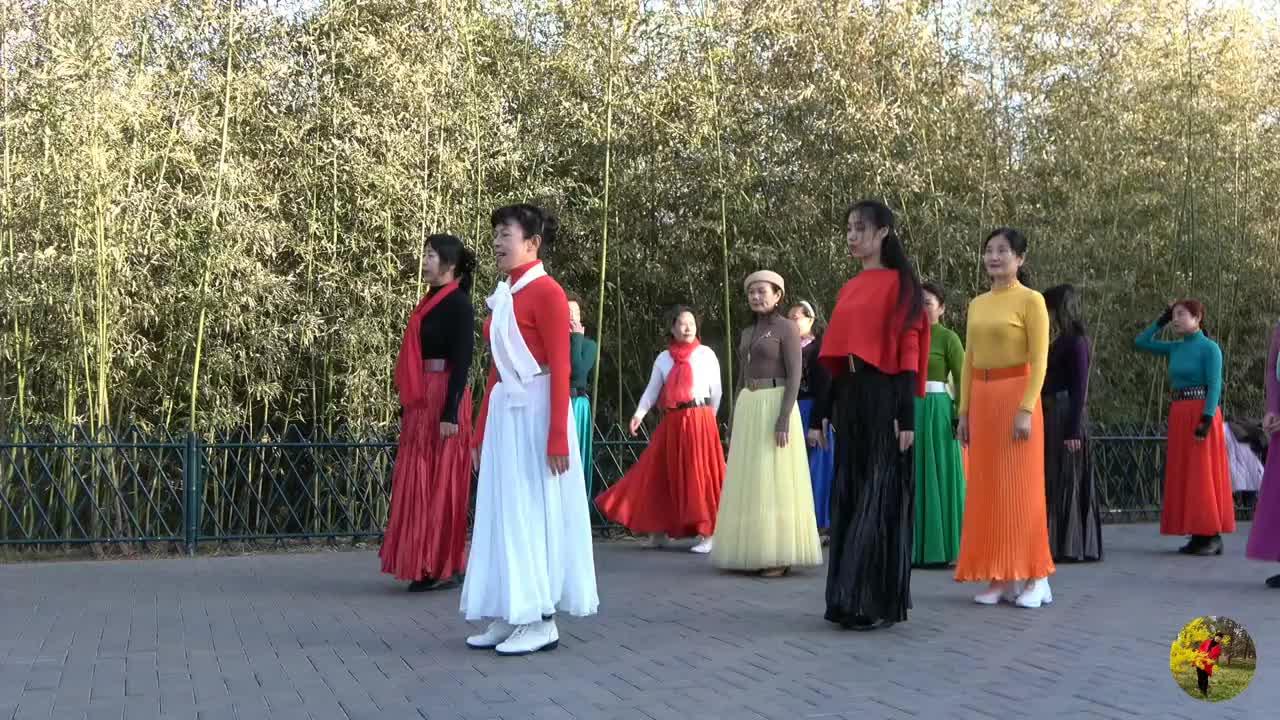 紫竹院广场舞《浪拉山情》歌曲悦耳动听,睿睿老师舞步优美好看