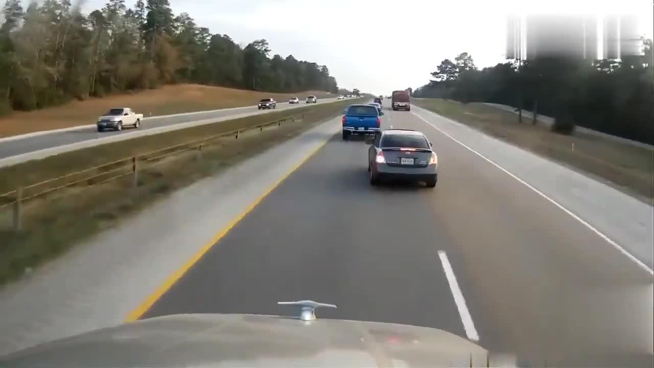 视频:惊掉下巴!高速抢道超车,这次是大众迈腾