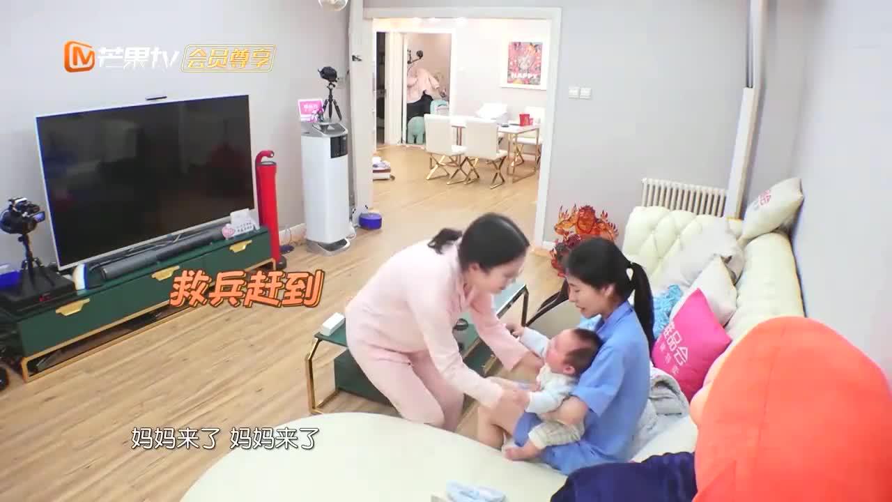 张碧晨第一次带娃,宝宝在旁哭闹不让抱,她一脸不知所措