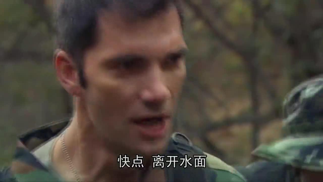掉进水里的士兵,瞬间就被恐龙吃掉,教授带着大家赶紧撤离!