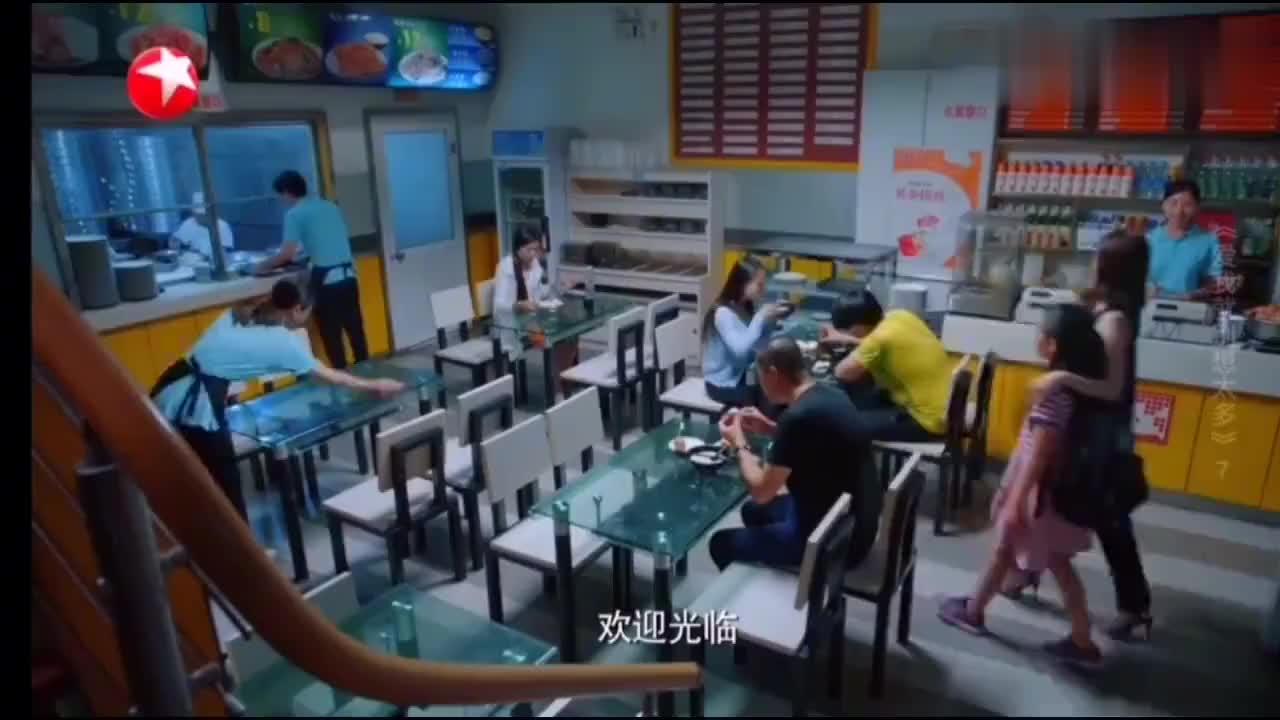 李洪海请可可同事吃包子,告诉她想吃包子吱声,闺蜜吐槽他在演戏