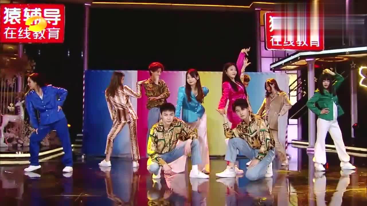 李雪琴妈妈综艺首秀,二话不说先摆pose!看来爆梗是遗传丨天天