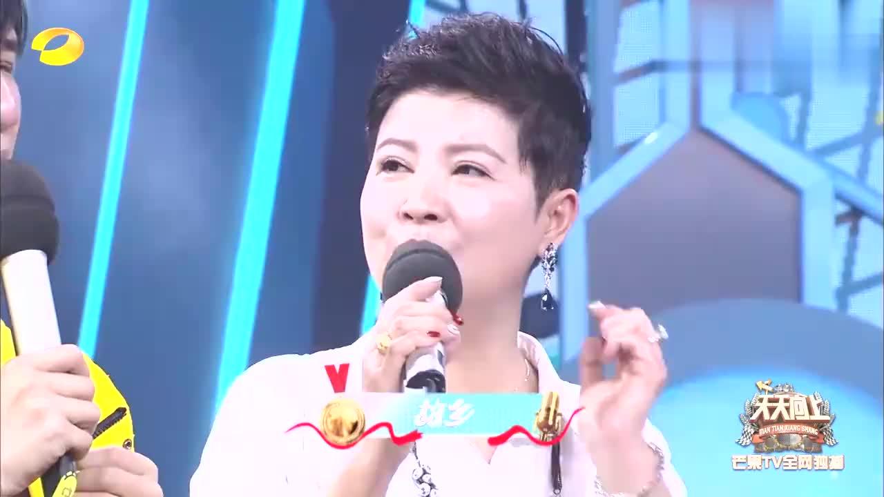 大张伟唱《我热恋的故乡》,不料杭天琪一开口见差距,太好听
