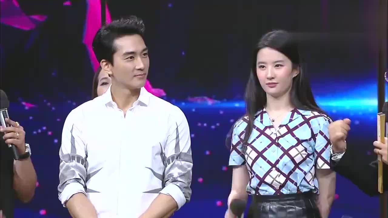 宋承宪和钱枫玩手推游戏,刘亦菲捂住笑