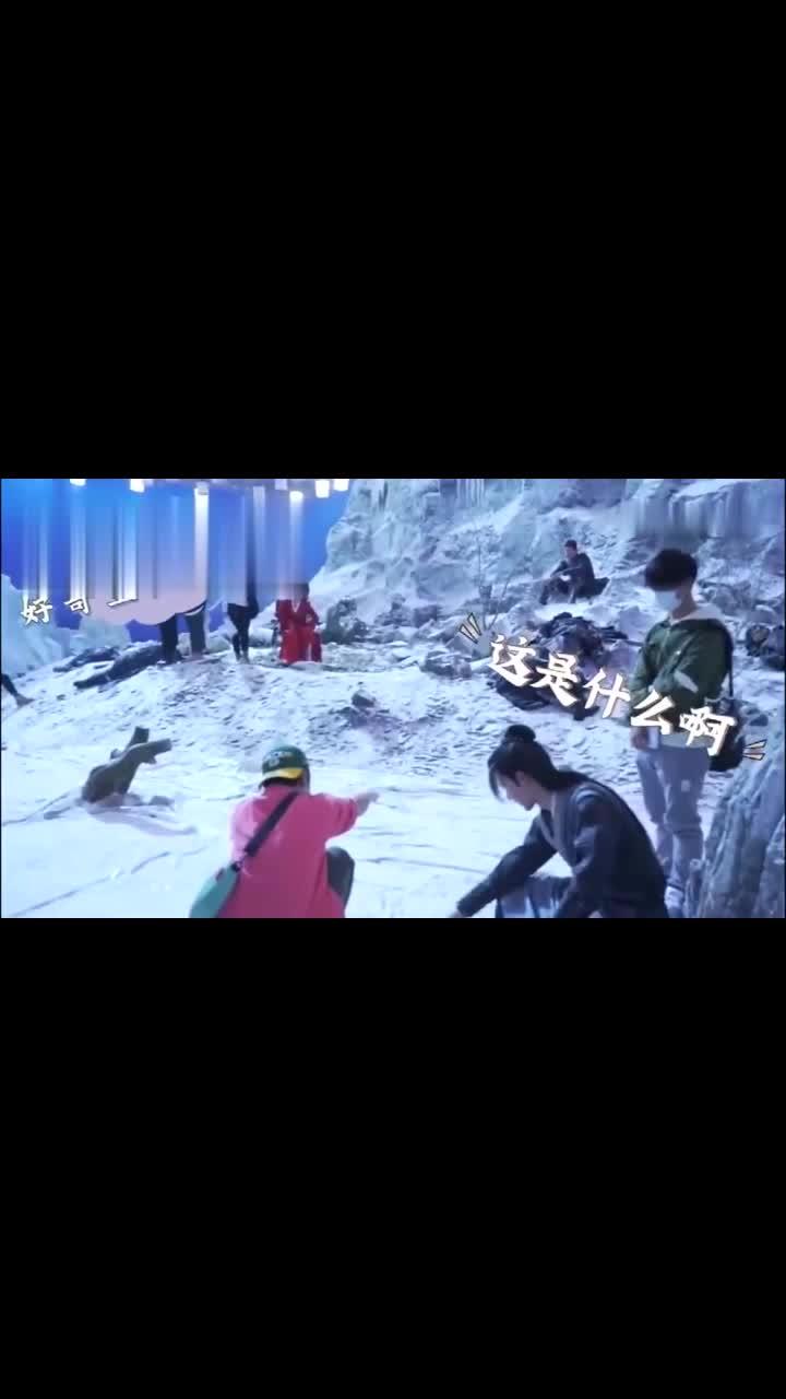 王一博和赵丽颖在片场玩雪,一宝太怂了!