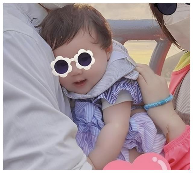 郭碧婷女儿很可爱,好似混血儿,向佐曝光全家福温馨照