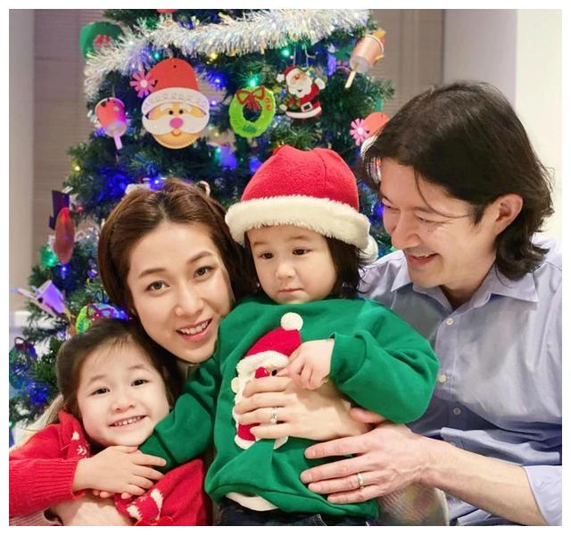 晒圣诞全家福 谭凯琪老公扮圣诞老人搞气氛