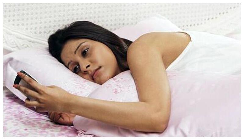 宝妈月子期间玩手机,这五大危害你都知道吗?可能会影响终生