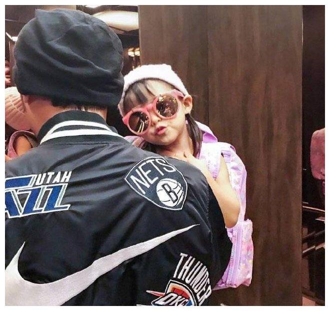 周杰伦抱娃庆祝父亲节 女儿海瑟薇嘟嘴卖萌