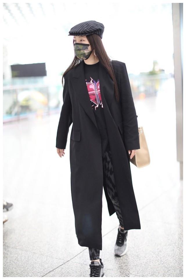 杨钰莹状态保持真好,穿黑色风衣搭小脚裤很时髦,关键还是在穿!