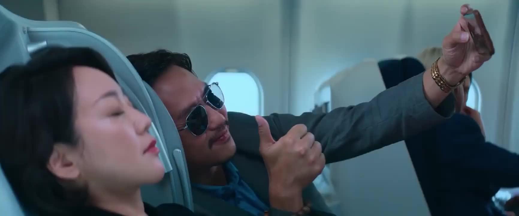邓超飞机上偷拍闫妮,却被孙俪抓了个正着,是娘娘不够好看吗?