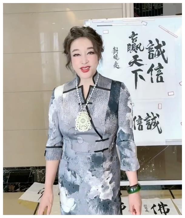 刘晓庆办书画展,穿旗袍整个人气质优雅,就是脸上滤镜太厚太假!