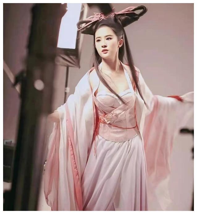 刘亦菲片场拍戏被拍,粉色古装惊艳迷人,眼神太有戏了