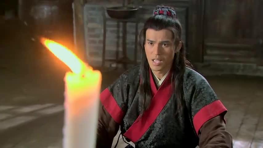 武松在哥哥灵位前敬酒说话,怎料武松回想起过去往事,真扎心