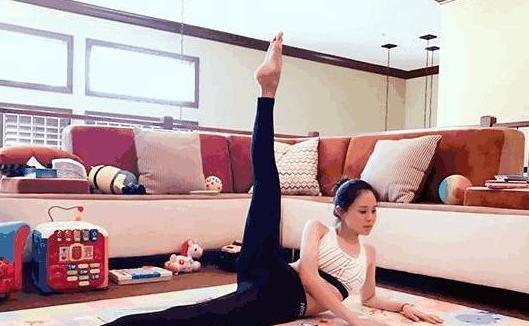 好身材全靠自律,佟大为将客厅搬空让妻子练瑜伽,真正宠妻