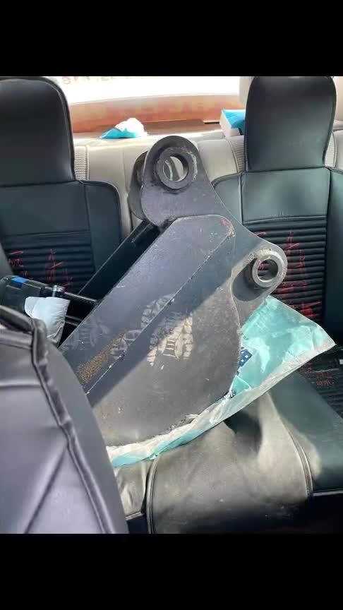 挖机配件找不到车拉,只能用自家车装了!会不会把悬挂弄坏?