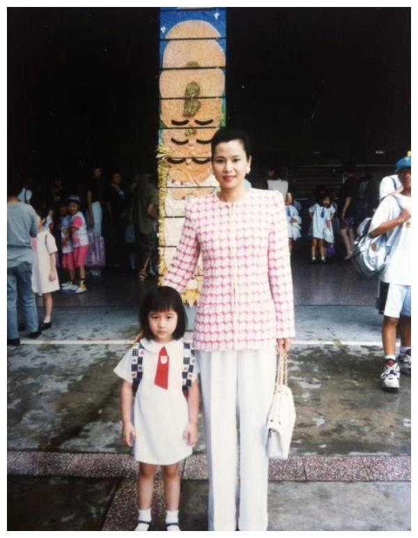 何超莲晒旧照庆30岁生日,窦骁为她办庆生会,还不忘记祝福母亲