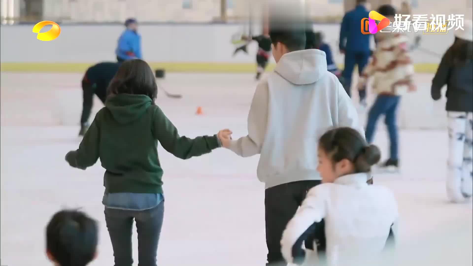 王子文吴永恩牵手滑冰,看两人十指紧握欢声笑语,感情升温!