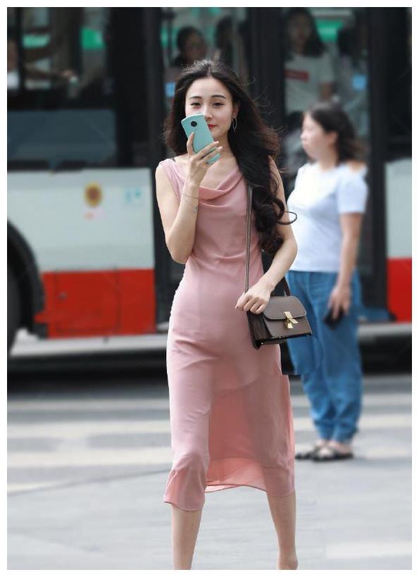 时尚的穿搭小女孩:三里屯的美女,把这件连衣裙穿得太美丽了吧