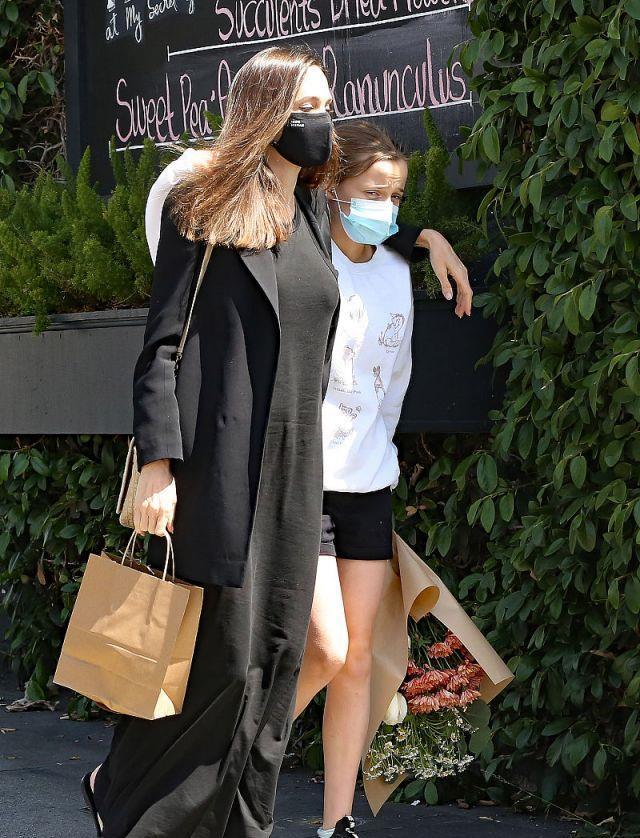 安吉丽娜·朱莉和女儿薇薇安去医院看望布拉德·皮特,像一对姐妹