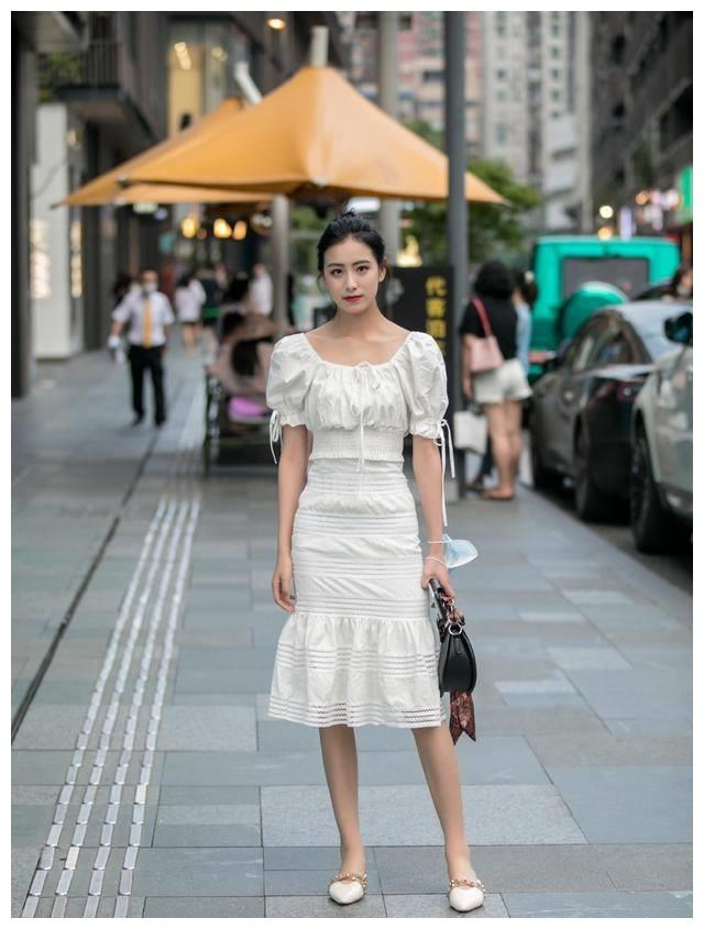 小白裙会让你看上去简约自然,显出黄金比例的修长腿部,十分清新