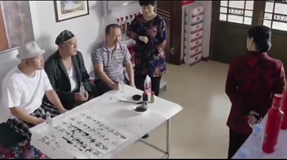 刘能、广坤和赵四三人一起坐在大脚面前,大脚却问他们她好看不