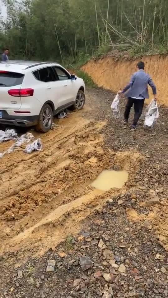 视频:哈弗H6开上农村泥巴路,没人推一把怎么折腾也开不走!