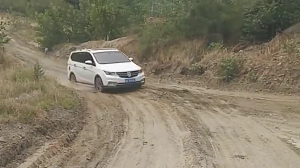 视频:广西小伙开宝骏730不过如此,这样的坡都上不来,动力堪忧啊!