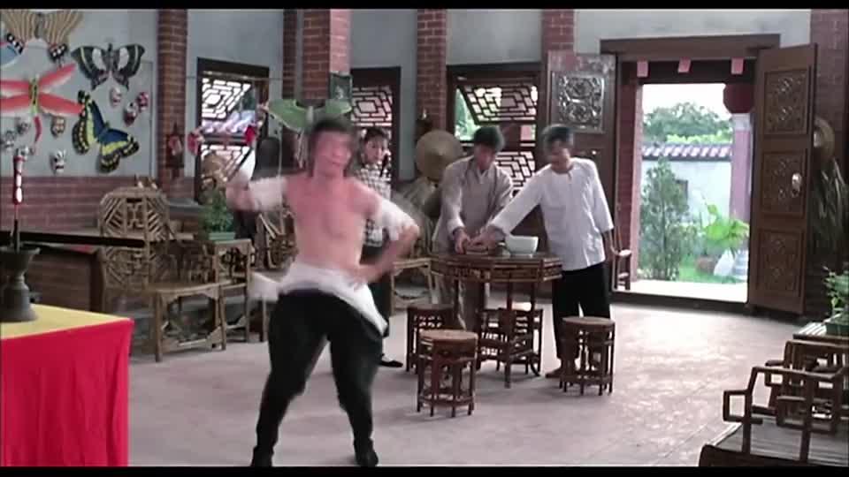 文才被僵尸抓伤了,九叔让他喝糯米粥,还在糯米上跳舞