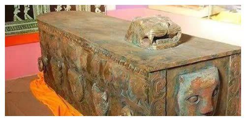 云南农民挖出一口铜棺,考古队长连夜申请保护,上级:直接熔化