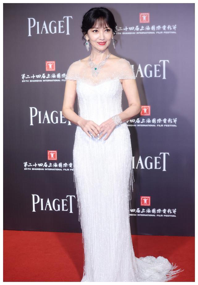 66岁的赵雅芝穿白裙现身,8小时阅读量破10万,皮肤状态引起热议