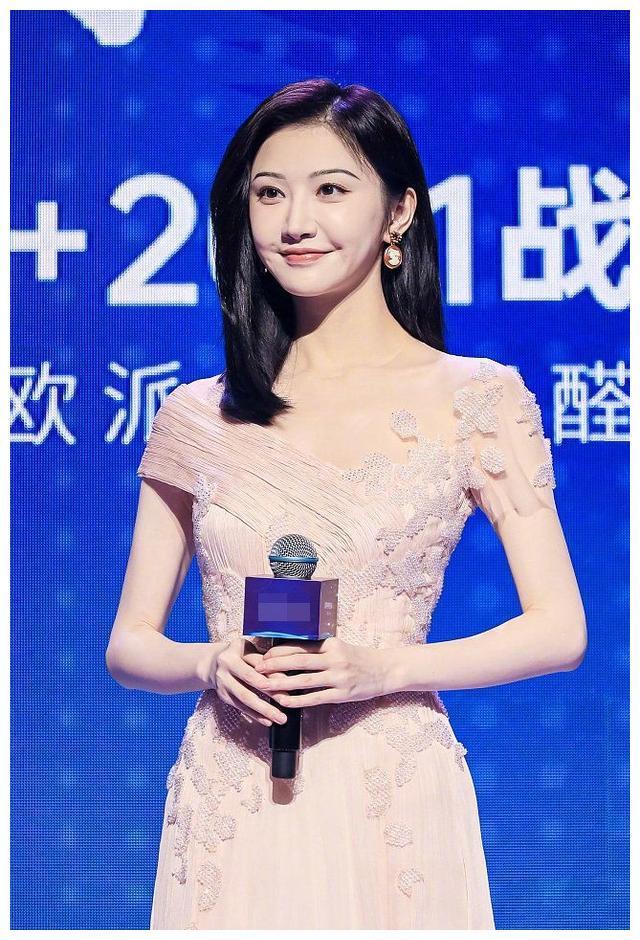 景甜在广州出席活动 一身樱花粉长裙仙气十足