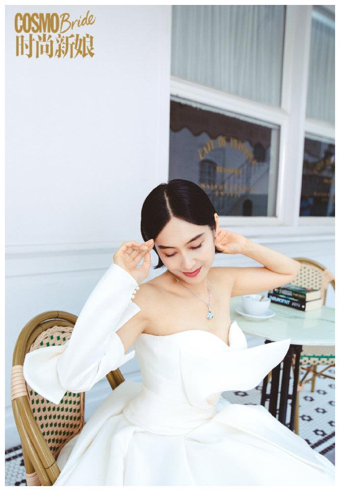 49岁朱茵拍婚纱大片,嫁黄贯中8年颜值在线,笑容甜美如初恋少女