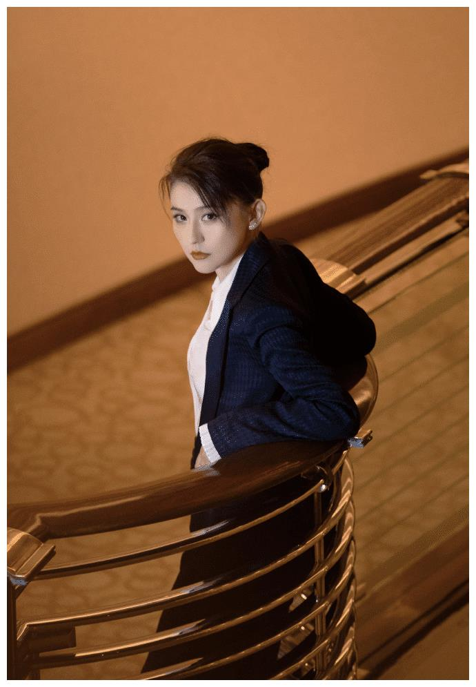 热依扎白玉兰奖后首发文,晒和女儿合影,小公主光着脚丫真可爱