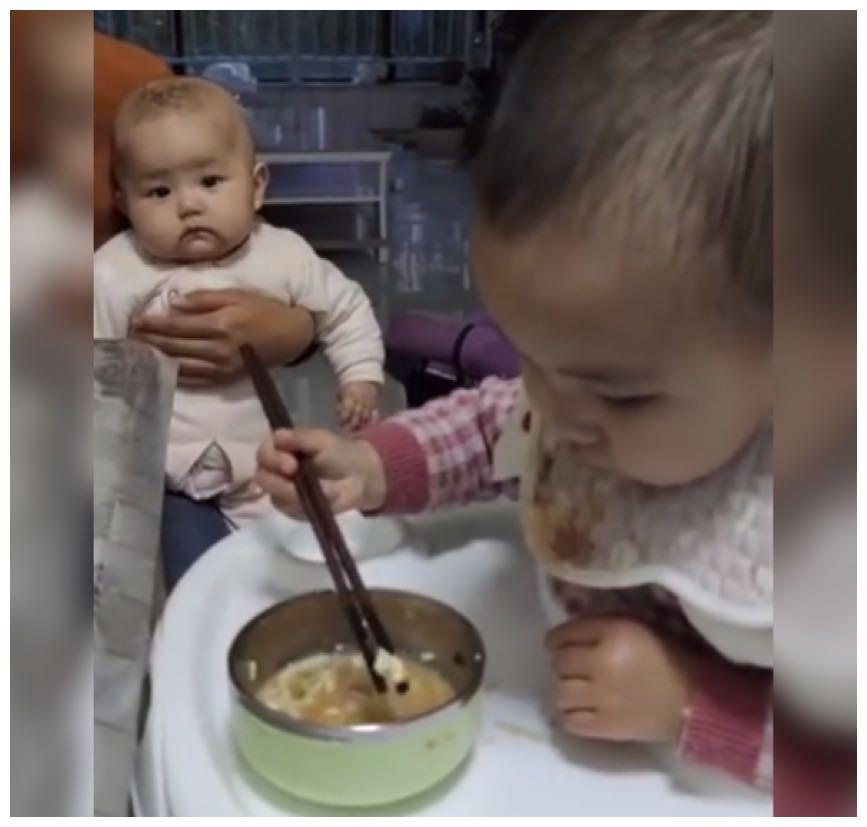 """大宝模仿妈妈给二宝娴熟地""""喂饭""""火了,网友:筷子用得相当老练"""