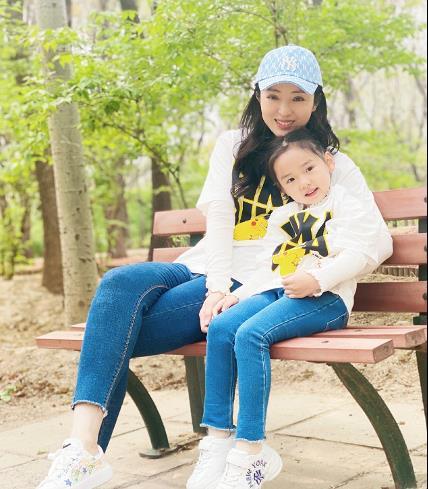 董璇晒春日游玩照,和女儿亲子互动,靓女萌娃十分养眼