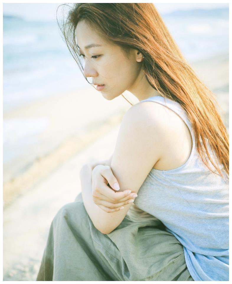 菅纫姿原来是文艺女神,老汉衫配棉麻半裙,一头长发清纯又气质