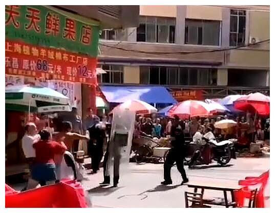广东一男子被民警追捕时,挟持并用菜刀砍伤小女孩