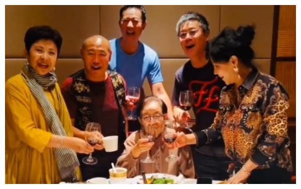 59岁董文华罕露面,与多位同门拜访恩师谷建芬,那英毛阿敏未现身