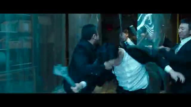 马东锡硬碰黑帮的所有人,空手对付几十号人,拳拳到肉的打戏