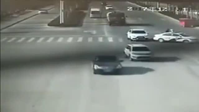 警察用车身护送80多岁的老人过马路!