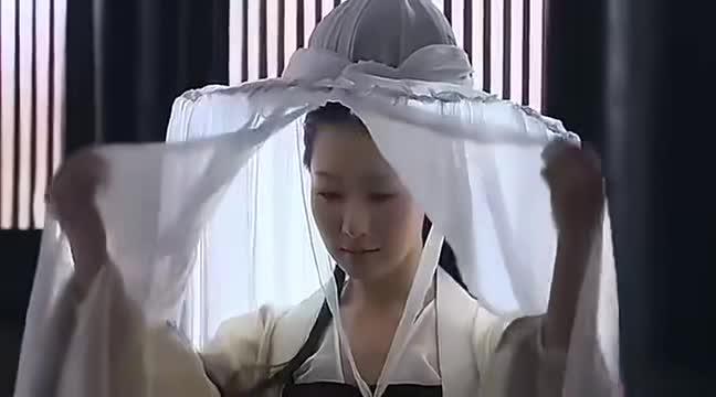 妃子毁了容,皇后故意带她来皇上面前出丑,不料一揭面纱皇上心动