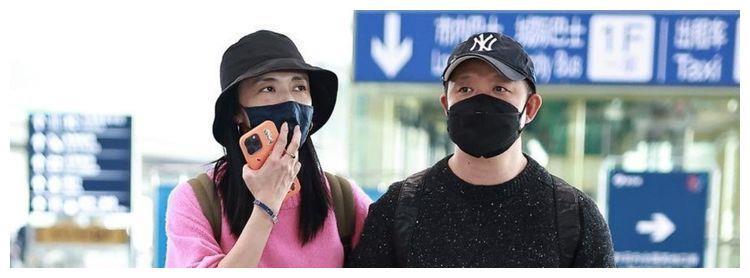 姚晨和曹郁在机场秀恩爱!携手并进,结婚9年恩爱如初